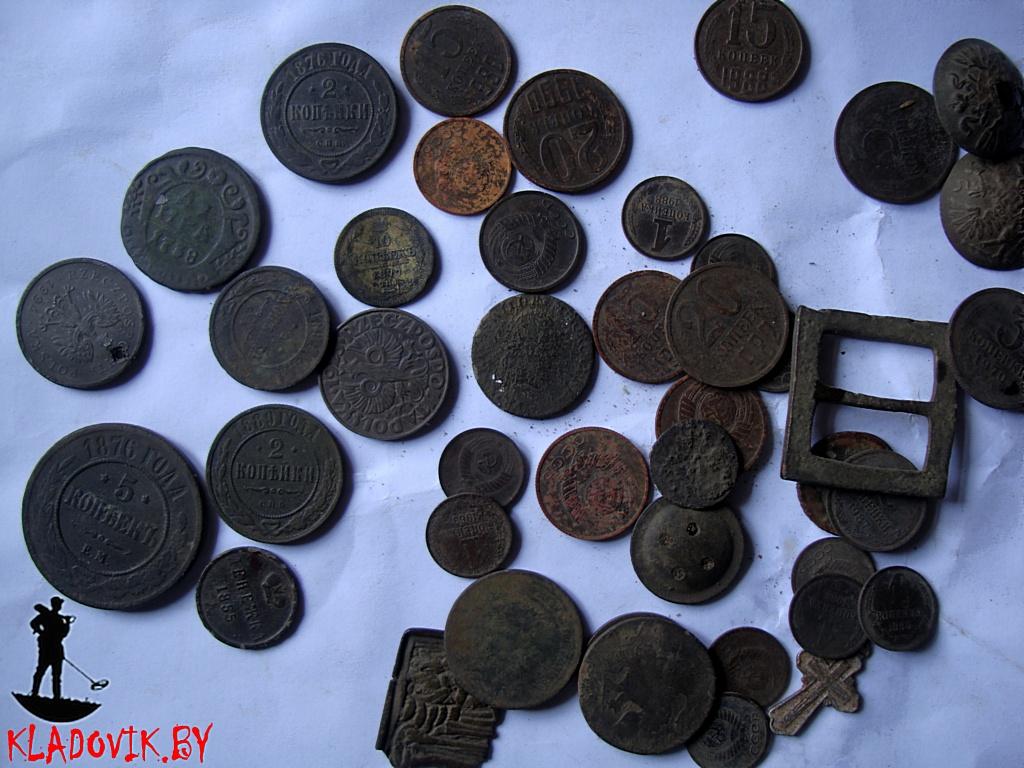 Поиск монет на заброшенном футбольном поле