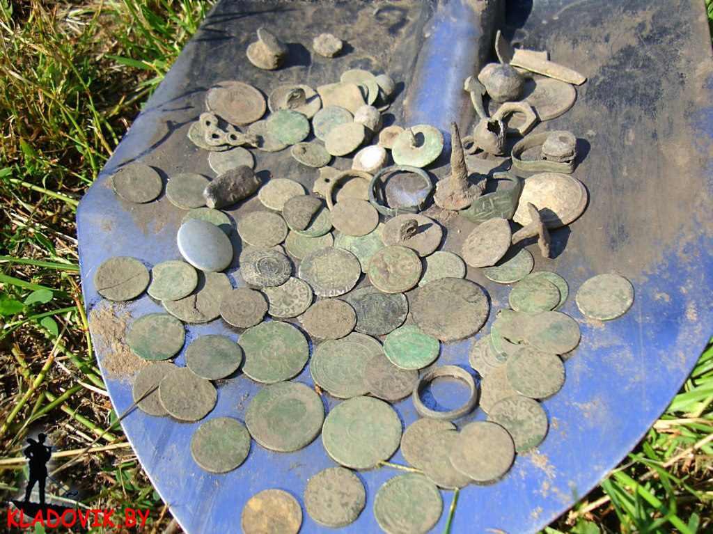 Монеты на лопате поисковика, копаря